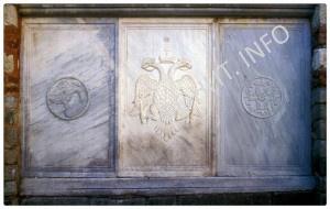 Мраморная плита с изображением двуглавого орла Ксиропотам