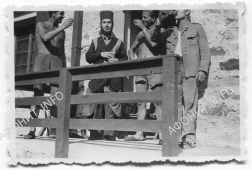 Солдаты вермахта поднимают тост рядом с афонским монахом