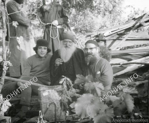 Старец Тихон (Голенков) в центре. Прп. Паисий - на заднем плане, достает воду из бочки, чтобы предложить ее гостям). 1966 г.