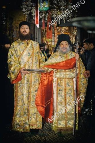 Геронда Григорий раздает антидор в конце праздничного богослужения