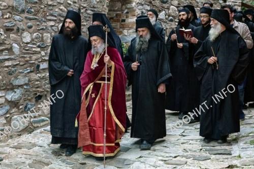 Геронда Григорий с братией на крестном ходу в монастыре