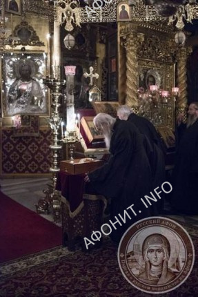 Схиархимандрит Иеремия (Алехин) у мощей святых Еввулы и Ермолая в Афонском Свято-Пантелеимоновом монастыре