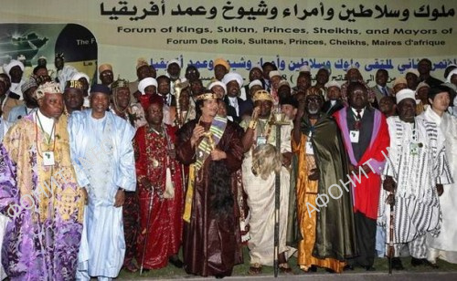 Муаммар Каддафи и африканский король и лидер Форума африканских монархов Чиффи Зие Жан Жерве