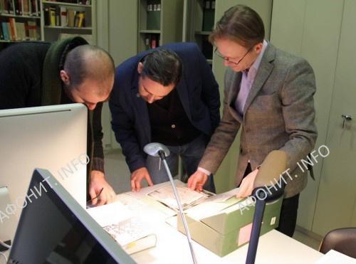Директор МИАН Сергей Шумило и профессор Оливье Делуи рассматривают афонские акты в византийской библиотеке Парижа, 29 января 2018 г.