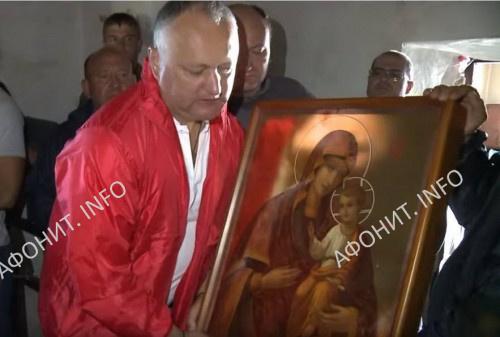 Президент Молдовы Игорь Додон подарил афонским монахам копию Гербовецкой чудотворной иконы Божией Матери