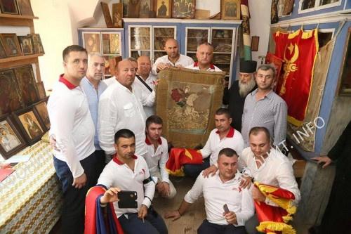 Президент Молдовы Игорь Додон в Зографском монастыре со знаменем св. Стефана III Великого (чел Маре)