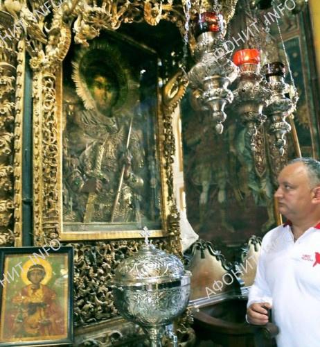 Президент Молдовы Игорь Додон в Зографском монастыре у чудотворной иконы св. влмч. Георгия