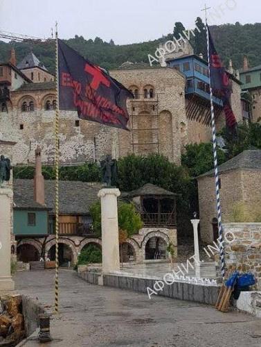 в монастыре Дохиар вывесили черные флаги с надписью «Вон антихристов со Святой Горы» - в знак против визита на Святую Гору премьер-министра А. Ципраса