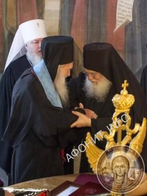 Схиархимандрит Ефрем Ватопедский вручает о. Иеремии Напрестольное Евангелие