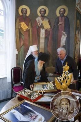 А. Г. Гладышев поздравляет Игумена Иеремию от имени фонда