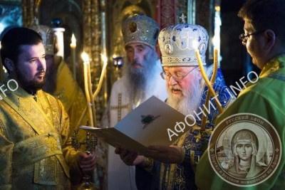 Митрополит Евлогий (Смирнов) зачитал поздравительное обращение старцу Иеремии (Алехину) от Патриарха Московского и всея Руси Кирилла