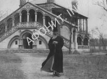 Архиепископ Пекинский и Китайский Иннокентий (Фигуровский) на фоне церкви Всех Святых китайских мучеников