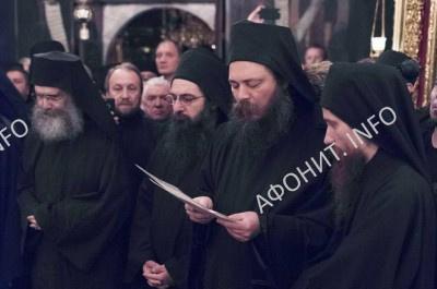 Архиграмматеос иеромонах Феофил зачитывает Послание  Священного Кинота