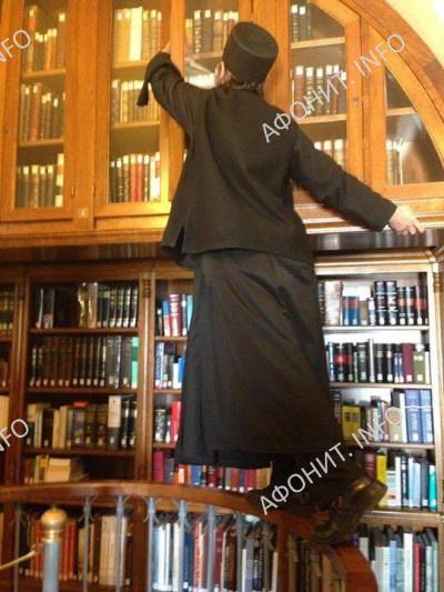 Архиепископ Телмисский Иов (Геча) в библиотеке афонского монастыря Симонопетра