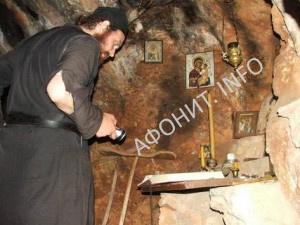 Пещеры на Карулях, Афон