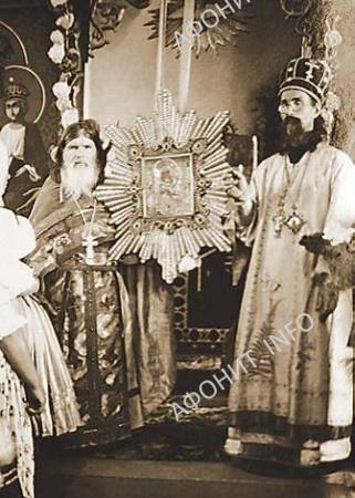 Отец Кассиан и владыка Виталий (Максименко) в Почаевской Лавре. Фотография 1930-х годов
