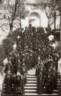 Братия Оптиной Пустыни во главе с архимандритом Ксенофонтом. 23 апреля 1910 года. На снимке 131 человек