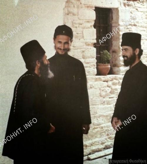 Прп. Паисий Святогорец на Афоне в монастыре Ставроникита (примерно 1970 г.) с еп. Афанасием Евтичем и иером. Исааком  (†1998)