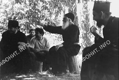 Преподобный Паисий Святогорец с посетителями