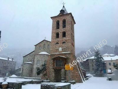 Заснеженное здание  на Рождество Христово в главном соборе Протата на Афоне