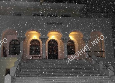 Заснеженное здание Кинота на Рождество Христово в главном соборе Протата на Афоне