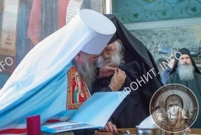 Митрополит Санкт-Петербургский и Ладожский Варсонофий наградил игумена Пантелеимонова монастыря схиархимандрита Иеремию (Алехина)