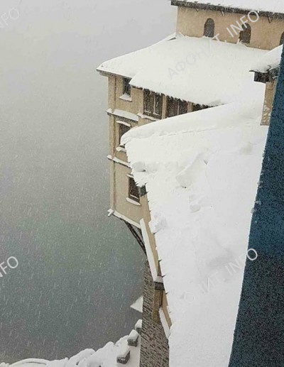 На Рождество Христово сильный снегопад окутал Святую Гору Афон