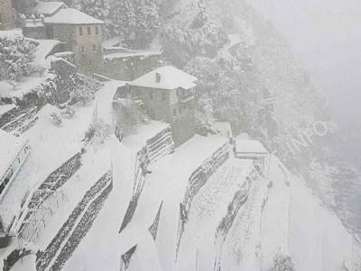 Cнегопад отрезал Афон на неопределенное время от остального мира