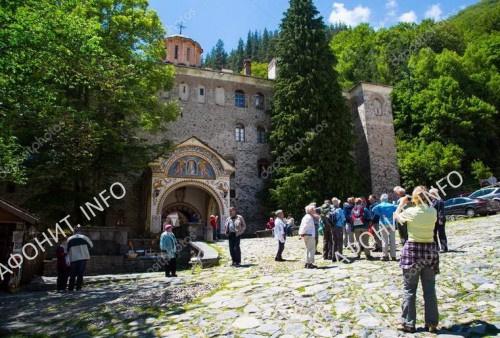 Туристы в монастыре