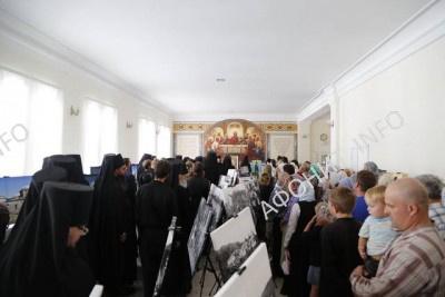 люди в Свято-Успенской Лавре