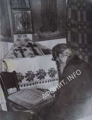 Афонский иеросхимонах Лука (о. Мелетий Рущак) тайно молится на дому, 1970-е гг.