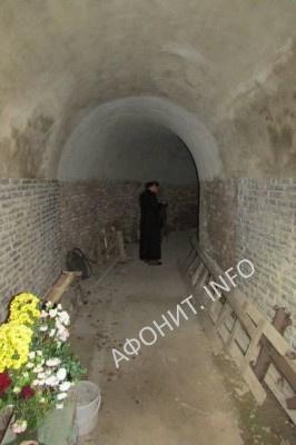 Вход в пещерный храм Пантелеимоновского монастыря в Хуст-Колесарово, фото Сергея Шумило, октябрь 2015 г.