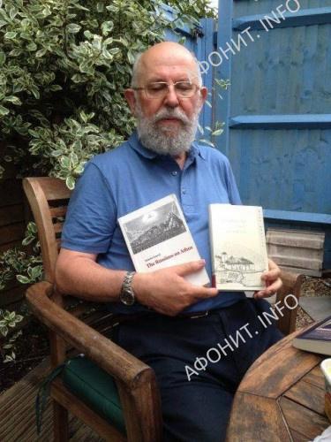 Н.И. Феннелл в своем саду и со своими книгами на английском и русском языках