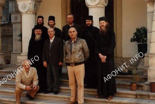 Братия: стоит крайний слева — архим. Серафим (Бобич), за ним р.м. Николай, крайний справа — иером. Иоанникий (Абернети), рядом с ним иером. Иоанн (Меландер)