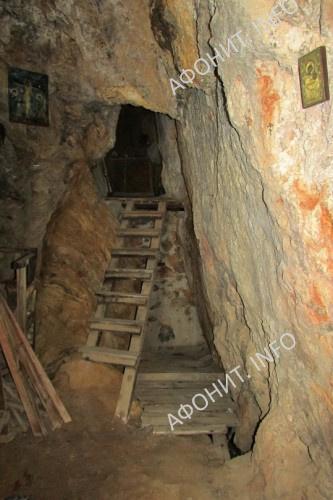 Вход в афонскую пещерную келию на Карулях. Фото Сергея Шумило