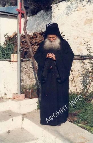 Старец во дворе кельи Благовещения Пресвятой Богородицы