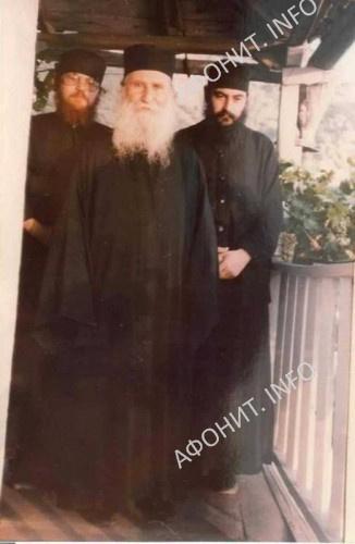 Старец с двумя монахами из своего братства. Отцом Ефремом (ныне игуменом Ватопедским) и отцом Афанасием (ныне митрополитом Лимасольским) Фотография 1985 года