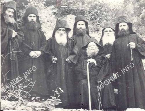 Старец Иосиф Исихаст с монахами (позади старца стоит Иосиф, позже названный Ватопедским)