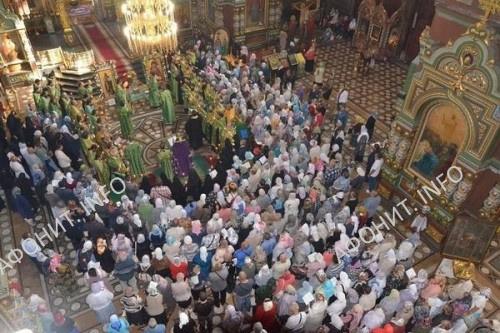 Ельчане молятся перед мощами