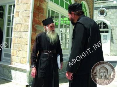 Игумен Иеремия (Алехин) общается с паломником в Пантелеимоновом монастыре на Афоне