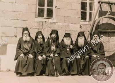 3-й слева – архимандрит Авель (Македонов), справа от него бывший игумен Гавриил (Легач), 2-й справа – будущий игумен Иеремия (Алехин)