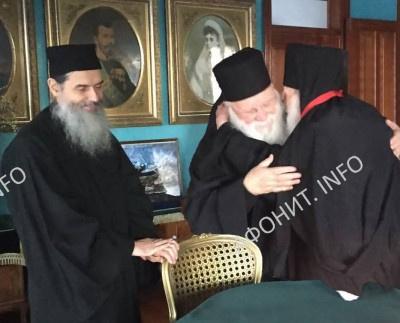 Игумен афонского монастыря Ксенофонт преподнес схиархимандриту Иеремии (Алехину) наперсный крест в честь его 100-летия