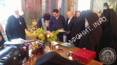 Консул – руководитель Консульства Украины в Салониках Александр Воронин поздравляет о. Иеремию с юбилеем и передает официальное поздравление от Министерства культуры Украины