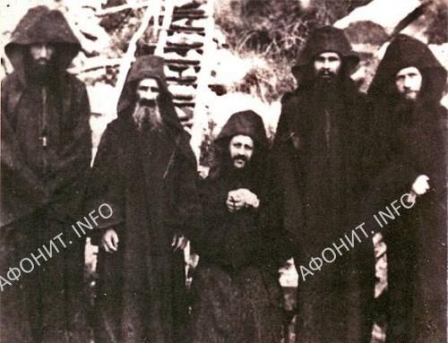 Старец Иосиф Исихаст со своей общиной. Слева от старца - отец Арсений