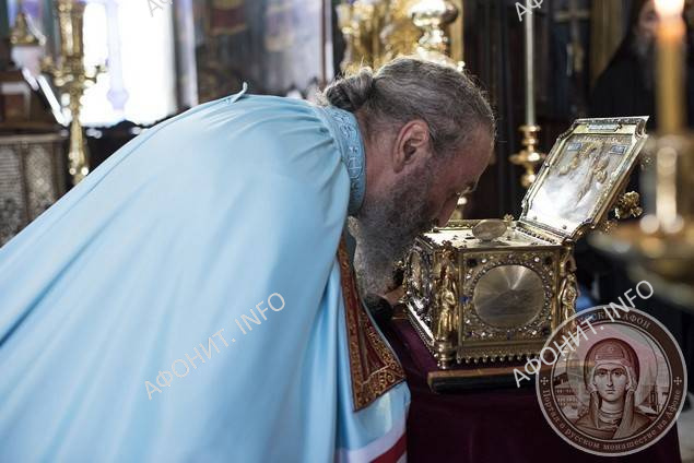 Митрополит Онуфрий в Пантелеимоновом монастыре на Афоне поклоняется мощам св. влмч. Пантелеимона